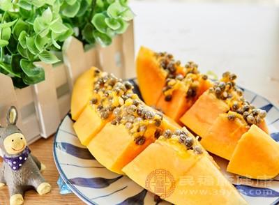 肝脏功能受损的人群在日常生活中应该适量的多吃些木瓜