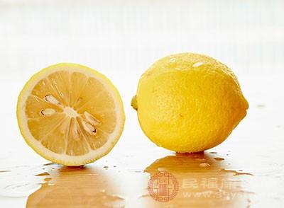 柠檬可以很好的清除皮肤的角质,促进皮肤的新陈代谢