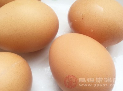 把鸡蛋洗净,蛋壳上不要有脏东西