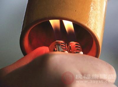 拔火罐具有疏通经络的作用,因为拔罐疗法通过其温热机械刺激及负压吸引作用