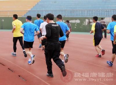 跑步3分鐘+徒手箭步蹲左右各25-30次