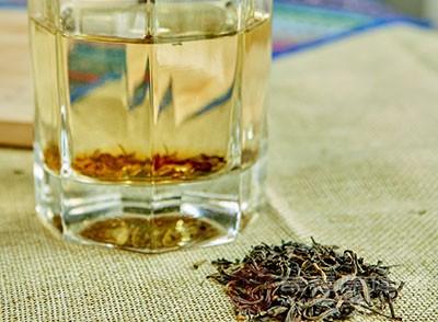 第一次的水用来洗茶,可以消除茶叶中的湿气和异味