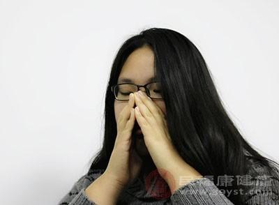 鼻黏膜的血管会充血肿胀,甚至造成毛细血管破裂而出现鼻出血
