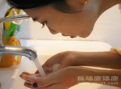 用流动的温水(35℃左右)冲净面部泡沫,冲洗时间应不少于2分钟,确保冲洗干净