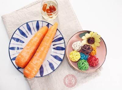 我们都知道胡萝卜是含有大量的维生素A,因此去除黑眼圈胡萝卜也是必备之一