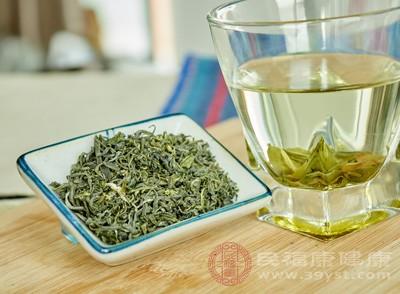 什菜沙律一碟、绿茶一杯