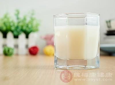 各类大豆制品,如豆浆、豆腐、素鸡等植物性食品