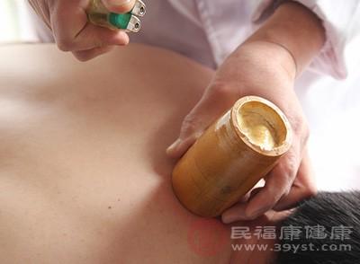 取背部督脉或膀胱经循行部位,用走罐法