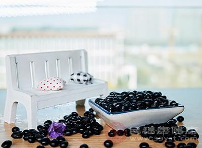 黑豆的膳食纤维含量较高,有良好的通便作用,可以促进排毒,起到预防便秘的功效