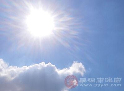 晒太阳时可不仅仅是晒头部,对于我们的背部也会照射到