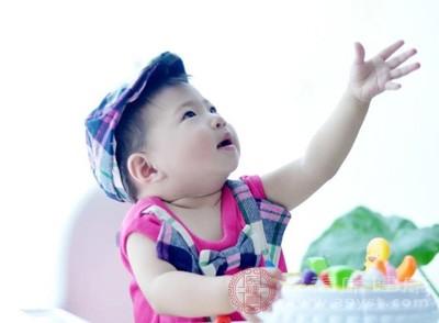 常在刚喝完奶时发生,可能是宝宝常哭闹或在喂食时吃得太急,而吞入大量的空气造成的
