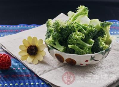 西兰花根稍微切掉点,随后掰成小朵,洗净。胡萝卜洗净切片备用