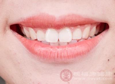 出現了牙齦腫痛的問題大家可以口含冰塊,口含冰塊可以達到一個很好的鎮靜牙齦的功效