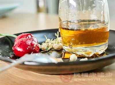 晚上喝蜂蜜水有助于美容养颜,并补充各种微量所以元素