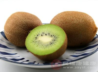 猕猴桃中含有大量的营养物质。而这些营养物质具有清热、生津等功效。大家可以用用新鲜猕猴桃、捣烂加温开水、调匀后饮服