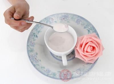 酸奶中的双岐乳杆菌在发酵过程当中,产生醋酸、乳酸和甲酸,能克制硝酸盐还原菌,阻断致癌物质亚硝胺的构成,起到防癌的感化