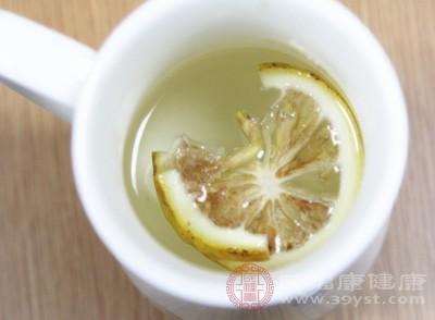 檸檬水中豐富的維生素C有助于免疫系統抗擊感冒