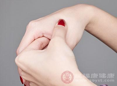左右手指相互交叉,用拇指放在上面的手的中指向桡骨延伸