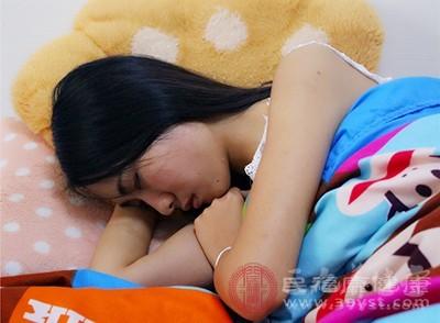 床头不要放什么 这些常见物品竟会影响睡眠