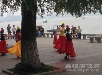 跳舞的好处 这类人不适宜跳舞