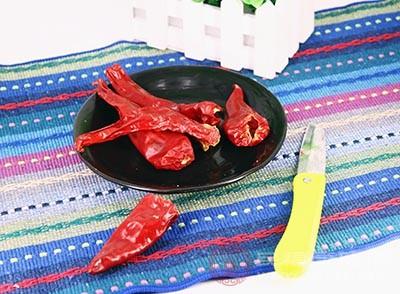 就更要避免经常食用热性食物,如辣椒