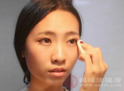 首先把准备好的化妆棉浸透卸妆油,然后按在眼睛5妙钟,这样做可以,让卸妆油与睫毛膏、眼影、眼线等彩妆完全的溶解