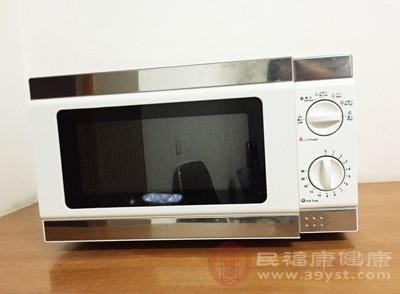 此外,密胺餐具在用于微波炉、高温蒸煮食物时