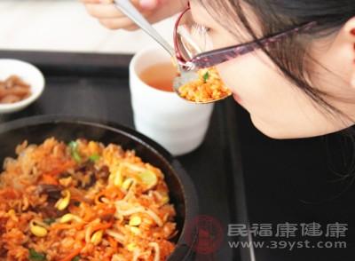 据一项对比试验显示,将一天食物总热量进行分配