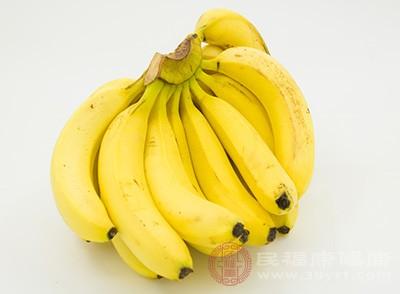 香蕉中含有大了的钾和生物碱,而钾对人体的钠具有抑制作用,多吃香蕉,生物碱可以振奋精神和提高信心。而且香蕉是色胺酸和维生素B的好来源,这些都可以帮助大脑减少忧郁情绪