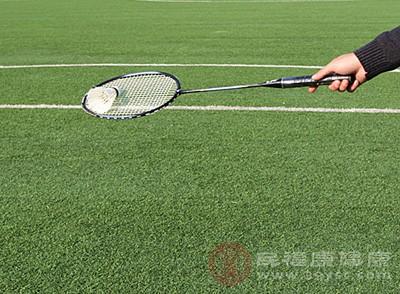 打羽毛球的好处 羽毛球发球这样做才正确