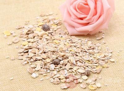 燕麦具有滑肠通便的作用,眼眉可以促使粪便体积变大、水分增加