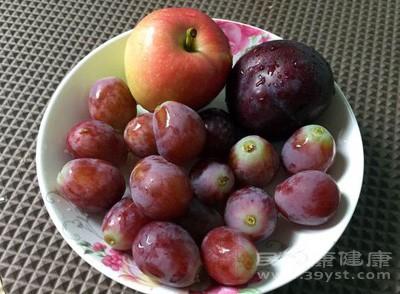 人们常认为饭后吃水果好,其实这是一个错误的观念,在饭前吃水果是好的