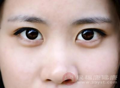 瞳孔会受到持续的刺激