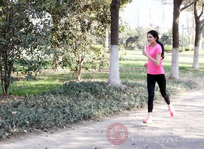 早上可以的话,可以进行慢跑等有氧运动,这样可以促进全身血液循环