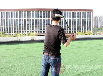 用左手的中指、無名指、小指握住球桿,伸直手臂并指向前方,使球桿與地面平行,然后運用手腕的力量往上翹起球桿