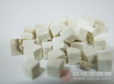 将白芷粉、白茯苓粉和银耳粉均匀混合,加入适量纯水调成糊状即成。晚上睡觉前将面膜均匀敷于脸部,次日清晨洗去