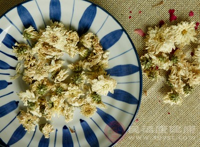 准备10克菊花,10克桑叶,12克夏枯草