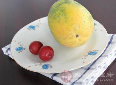 将木瓜蒸熟之后弄成泥,加入白蜜,然后调匀