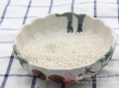不过,食用了3包大米后,刘某强发现大米均已过期