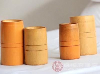 一般采用75%的酒精棉球擦拭罐口,罐体