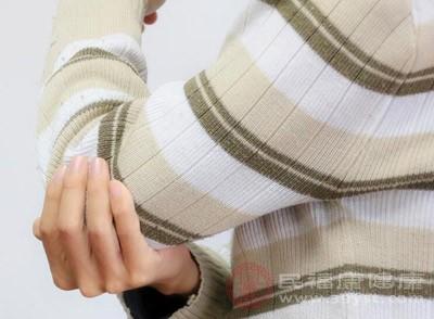 双手小关节(近端指间关节和掌指关节)肿痛是类风湿关节炎的症状,远端指间关节、膝关节肿痛并有骨性结节则要考虑骨关节炎