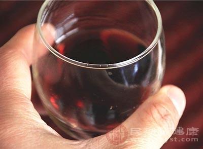 这个时候我们可以适当的饮用葡萄酒