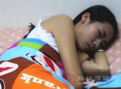 同样,侧睡时,头部较肩部微微向后