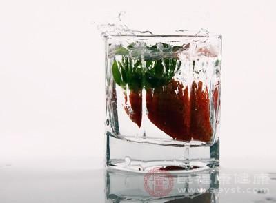 草莓因为草酸太多,吃多了会脱钙