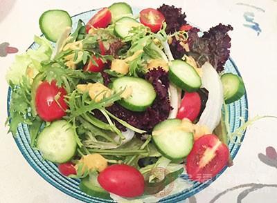 新鲜蔬果中含有大量的纤维素,食用后容易产生饱腹感,有效降低食欲,而它们本身又含有十分丰富的维生素,可以有效补充身体所需的能量。因此果蔬沙拉既可以饱腹,又不用担心会发胖,而且还能促进肠道蠕动,真的是好处多多