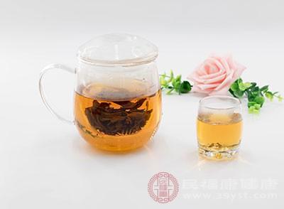 置具洁器,一般说来,饮红茶前,不论采用何种饮法,都得先准备好茶具,如煮水的壶,盛茶的杯或盏等。同时,还需用洁净的水,一一加以清洁