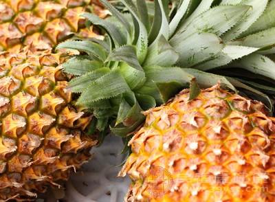 吃菠萝的好处 吃菠萝用盐水泡竟是这些原因
