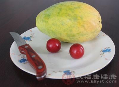 木瓜中的木瓜蛋白酶,可将脂肪分解为脂肪酸