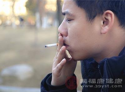 喜欢抽烟的人患上哮喘的可能性会更大一些