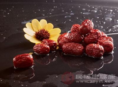 体质燥热的女性慎服红枣泡茶
